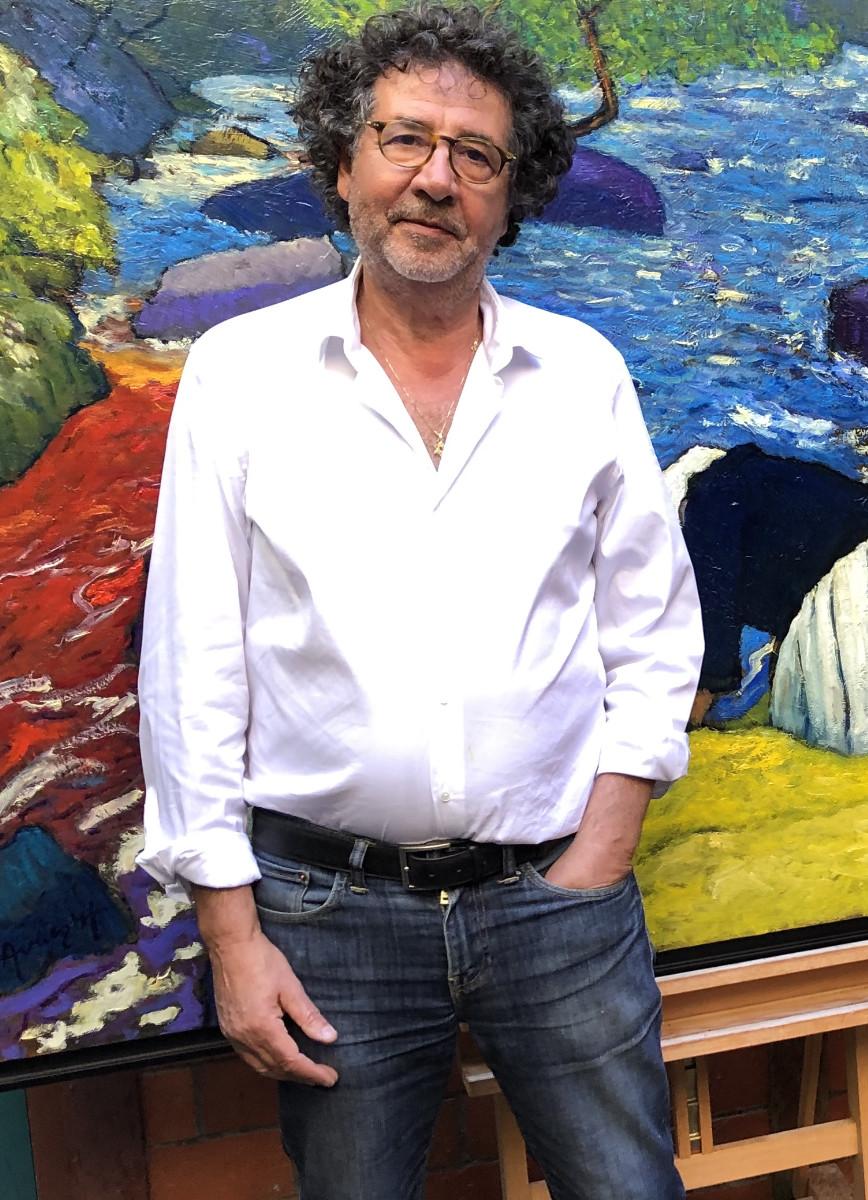 L'artiste Avner en Bretagne dans sa galerie de Pont-Aven devant un de ses tableau figuratif expressionisme fauviste