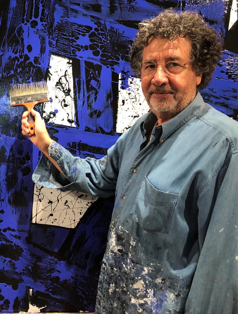 L'artiste Avner en Bretagne dans son atelier de Pont-Aven devant un de ses tableaux Abstrait